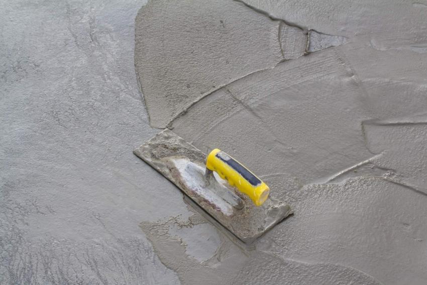Черновая стяжка пола является основой для качественного покрытия и выполняется в несколько этапов