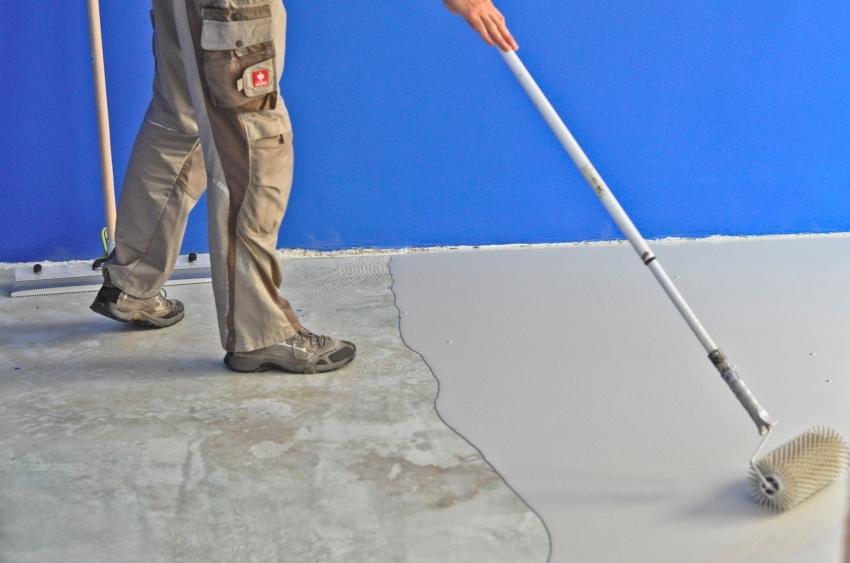 Для равномерного распределения стяжки и удаления пузырьков воздуха используется специальный игольчатый валик