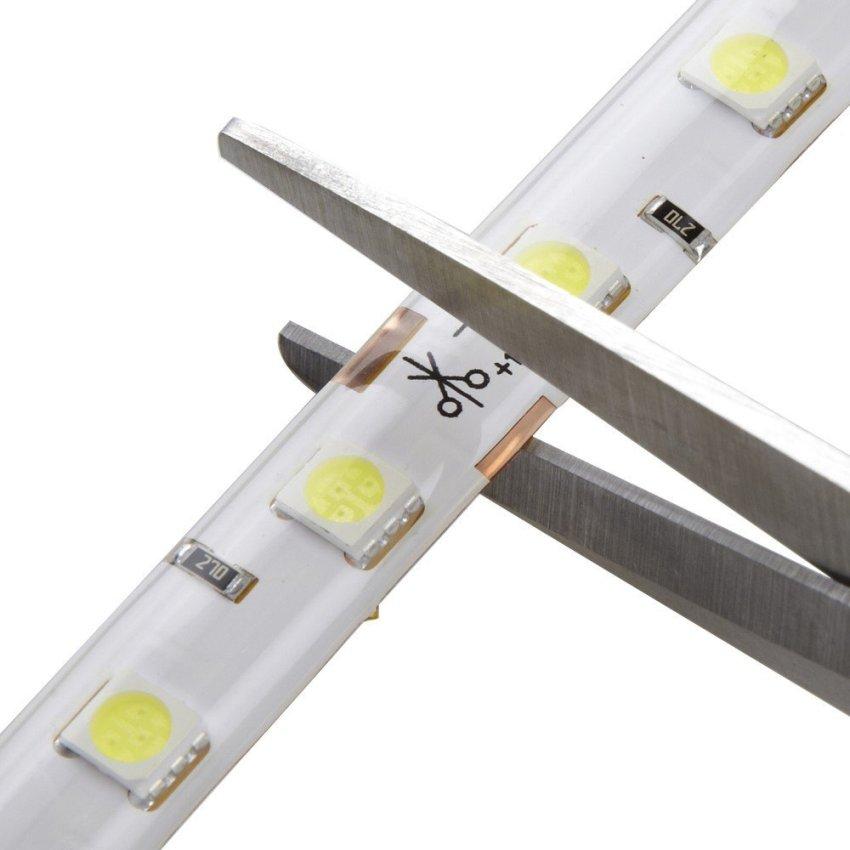 Резать светодиодную ленту удобнее всего ножницами, так как подложка и медные дорожки на ней имеют небольшую толщину