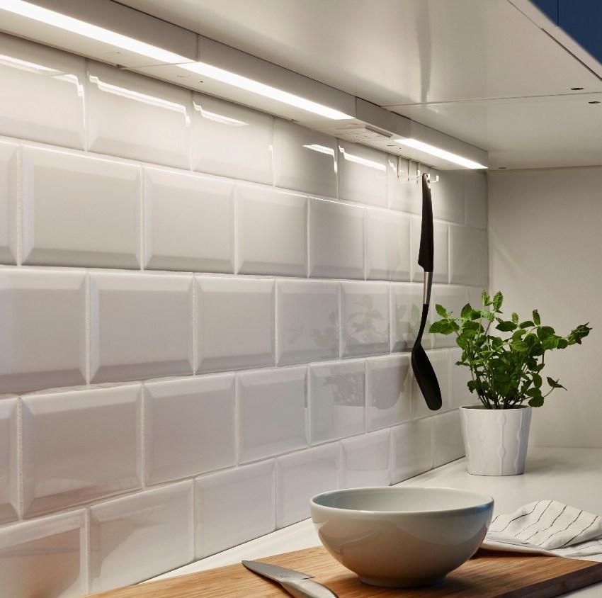 Линейные светильники накладного типа по традиции применяют для освещения столешницы в зоне работы