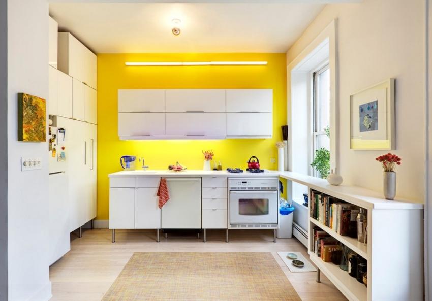 Под нижним ярусом шкафов источник света не должен быть виден, поэтому лучше всего подойдёт тонкая и малозаметная светодиодная лента для кухни