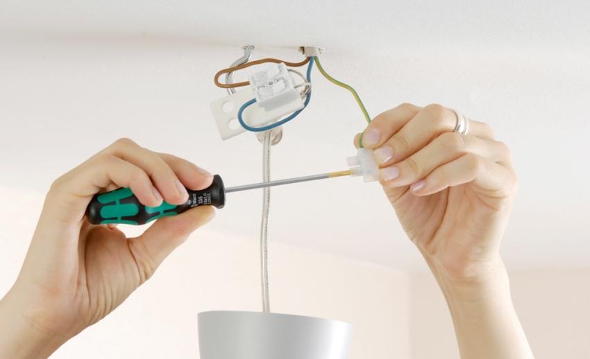 При монтаже люстры не нужно устанавливать дополнительное оборудование: выпрямители, предохранители и пусковой механизм уже включены в конструкцию лампочек