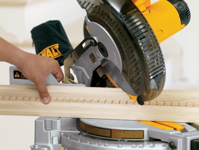 Торцовочная пила по дереву используется для резки материала под определенным углом