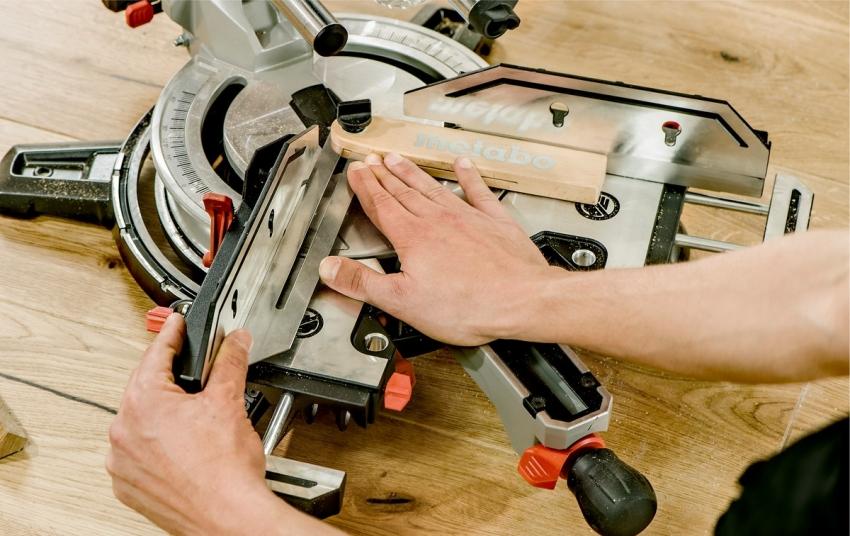 Струбцины и упоры используются для надежной фиксации материала во время работы пилы