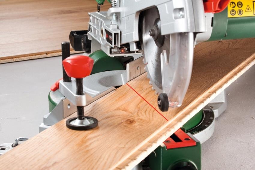 Некоторые модели торцовочных пил оснащены лазерной указкой для точной нарезки материала
