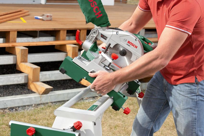 Пильный стол можно приобрести в комплекте с торцовочной пилой, что позволяет не только удобно работать с инструментом, но и повышает уровень безопасности, поскольку крепления специально разработаны и подогнаны под определенную модель