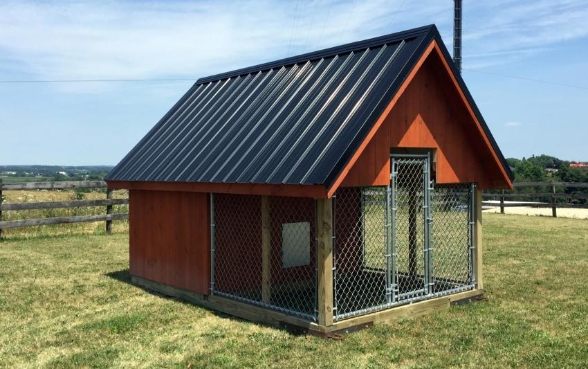 Вольер можно построить в виде небольшого дома, что позволит организовать дополнительное место для хранения корма, подстилок и игрушек для собаки