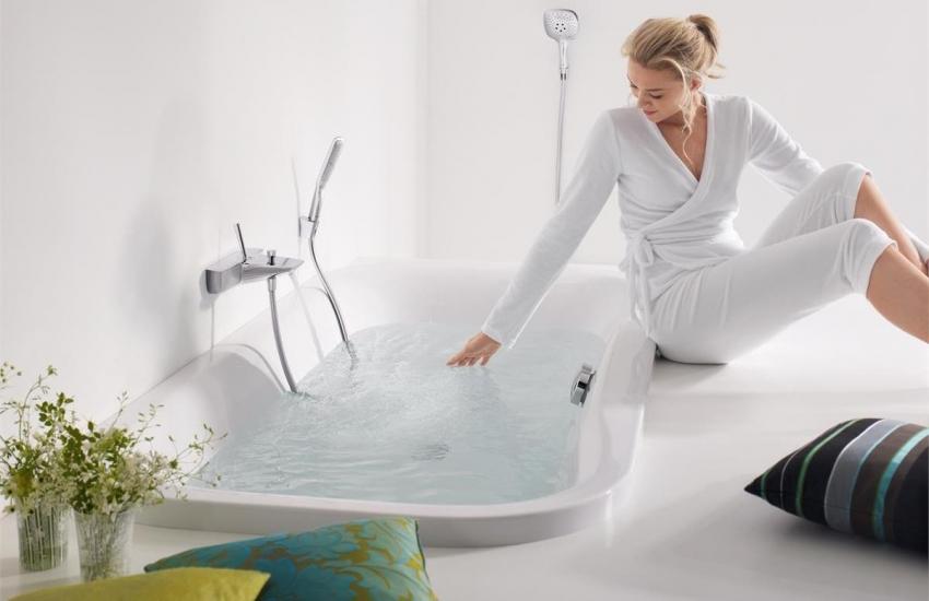 Благодаря акриловому вкладышу можно быстро и недорого обновить старую ванну