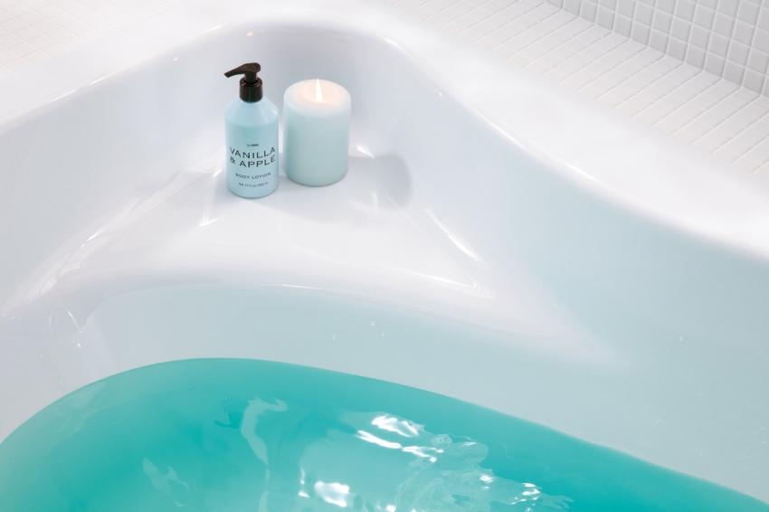 Большинство акриловых ванн оснащены удобной полочной для хранения ванных принадлежностей