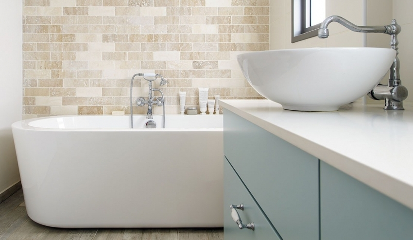 Гладкая и ровная поверхность акриловой ванны имеет эффект самоочищения, поскольку загрязнения легко соскальзывают со стенок изделия, не впитываясь в материал