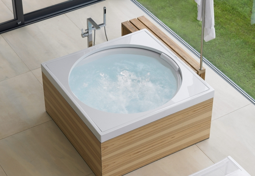 Акриловые ванны нестандартного размера обычно имеют большую стоимость, в отличие от обычных моделей