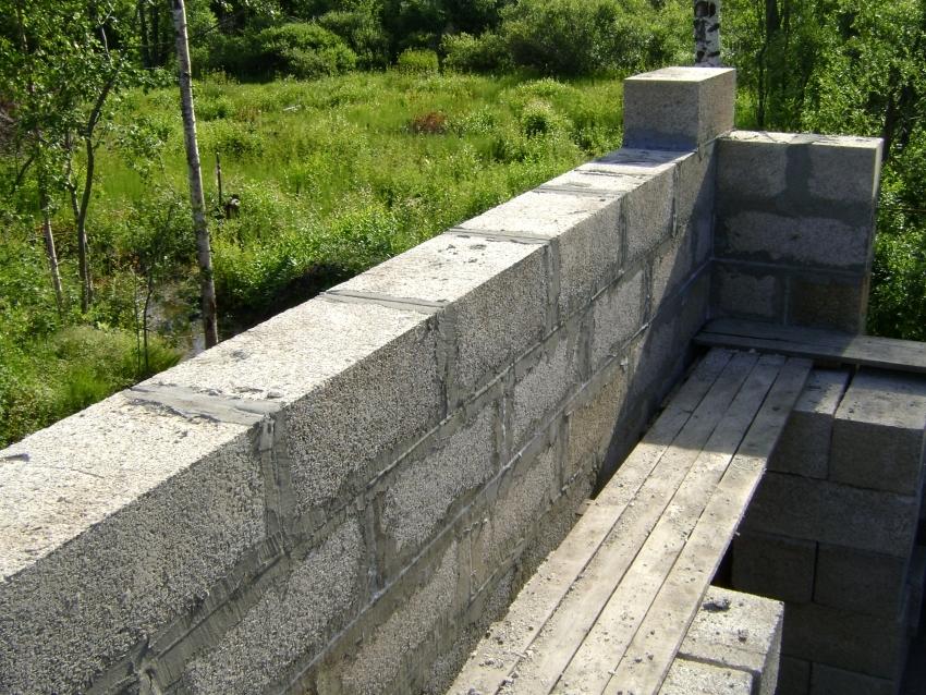Согласно отзывам строителей, штукатурить стены по арболиту можно не ранее двух месяцев после возведения