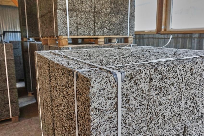 Большие блоки из деревобетона используются для кладки стен, подвергающихся серьезным нагрузкам