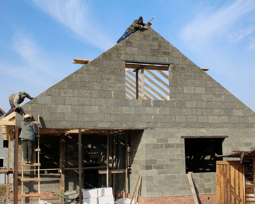 При строительстве дома или бани из арболитовых блоков, стоит учитывать свойства данного материала