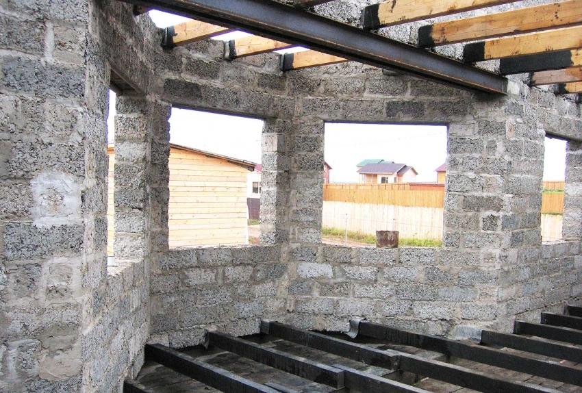 С помощью арболитовых блоков можно быстро возвести стены для дома, поскольку необходимо минимальное количество времени на усадку