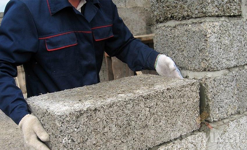 Арболитовые блоки можно приобрести в строительном магазине или изготовить самостоятельно
