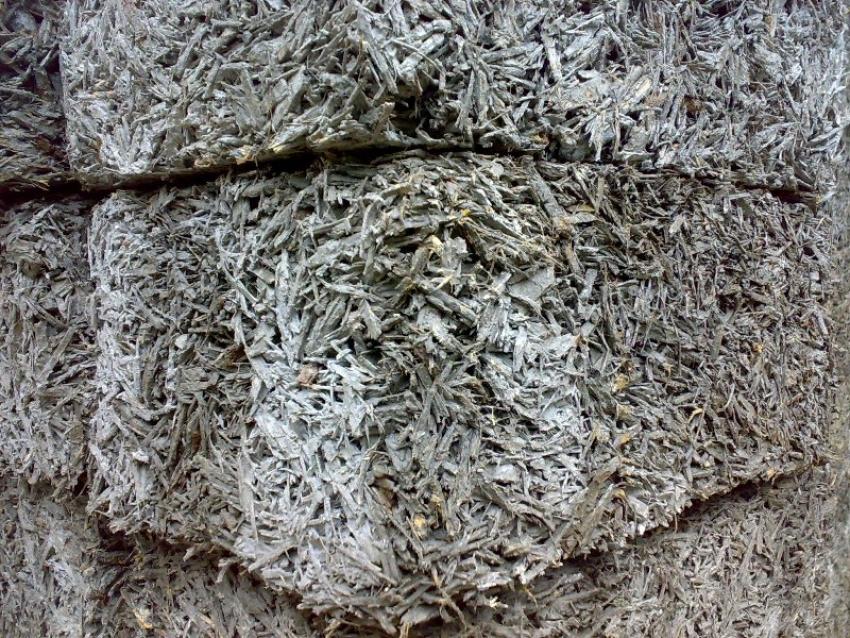 Несмотря на то, что арболит изготовлен из древесной щепы, которая имеет высокий показатель влагопоглащения, сами блоки являются негигроскопичным материалом