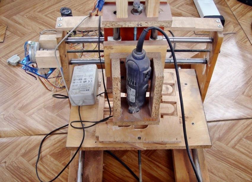 Фрезерный станок ЧПУ можно изготовить из подручных материалов, используя МДФ, стальные элементы для крепления и старые детали от принтера