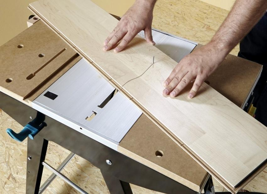 С помощью фрезерного станка можно исполнять такие операции, как фигурная обработка кромок, вырезание пазовых и сквозных отверстий и т. д.