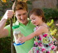 В изготовлении кормушки своими руками с удовольствием будут участвовать и дети