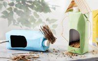 Из упаковок из-под сока или молока можно изготовить красивые кормушки