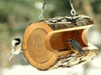 Кормушка для птиц изготовлена из бревна