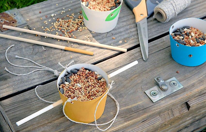 Простые кормушки можно изготовить из картонных стаканчиков