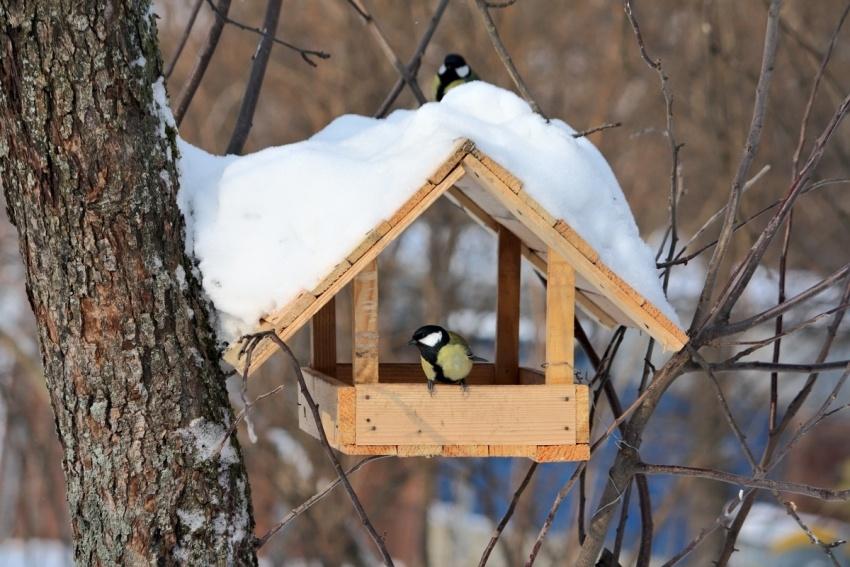 Простая деревянная кормушка-домик