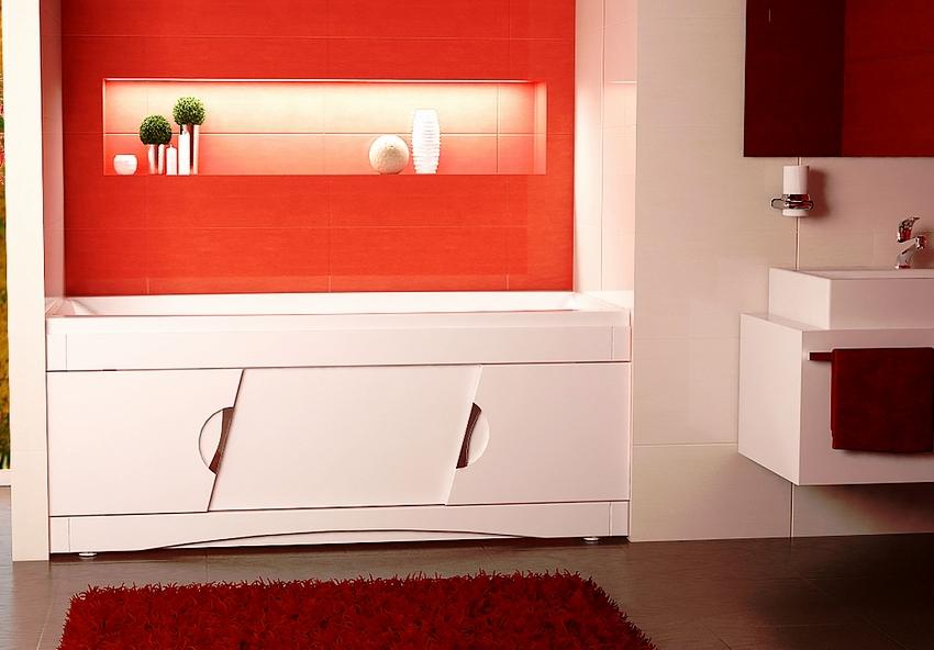 Пластиковый экран с дизайнерскими ручками гармонично вписывается в ванную комнату контрастного цвета