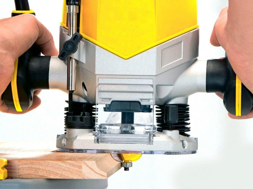При работе с фрезером важно учитывать, что чем выше скорость, с которой поворачивается фреза, тем выше качество обработки элемента