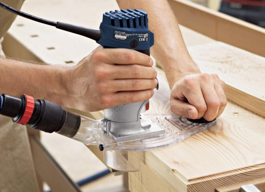 С помощью параллельного упора можно перемещать фрезер на равном удалении от кромки