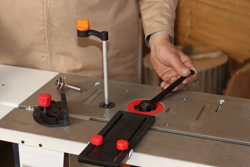 Фрезерный стол для ручного фрезера можно приобрести в комплекте с инструментом или изготовить своими руками