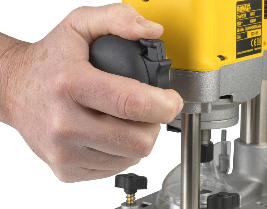 Функция защиты инструмента от случайного старта представлена в необходимости одновременного нажатия клавиш запуска и защиты