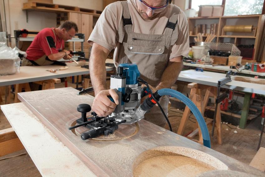 При работе с ручным фрезером необходимо придерживаться правил безопасности например, использовать защитную одежду и надежные крепления для обрабатываемых элементов