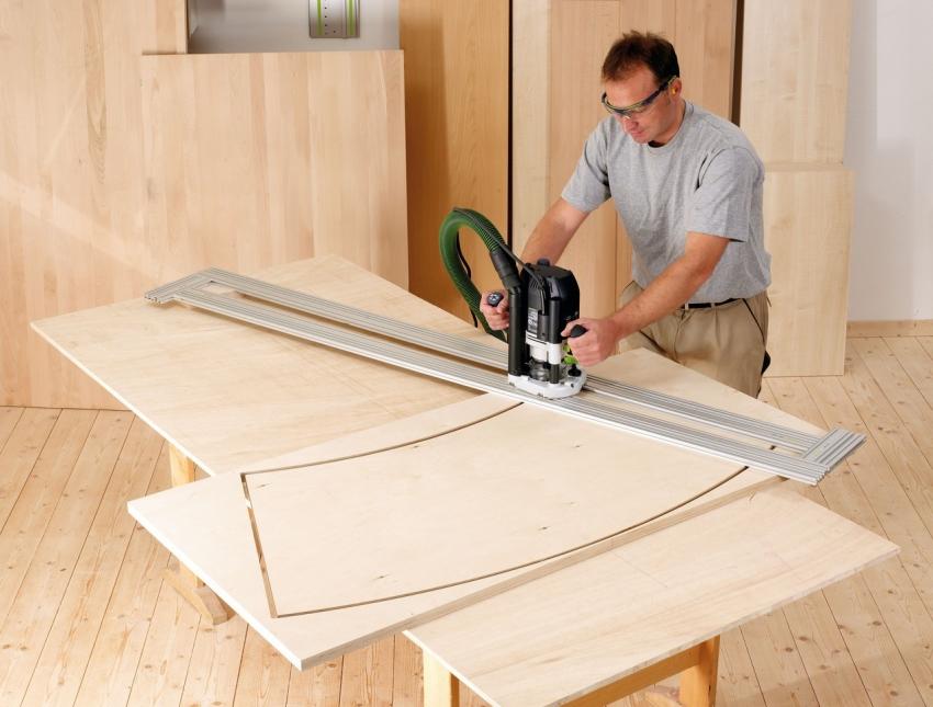 С помощью ручного фрезера и специальных насадок можно вырезать детали любой конфигурации