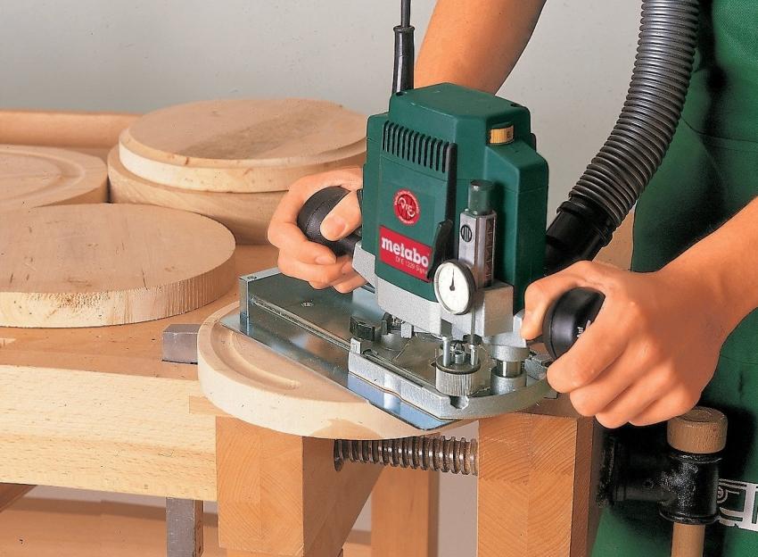 С помощью фрезера можно изготавливать деревянную мебель, кухонные принадлежности, вагонку, плинтуса, декоративные поделки и другие изделия