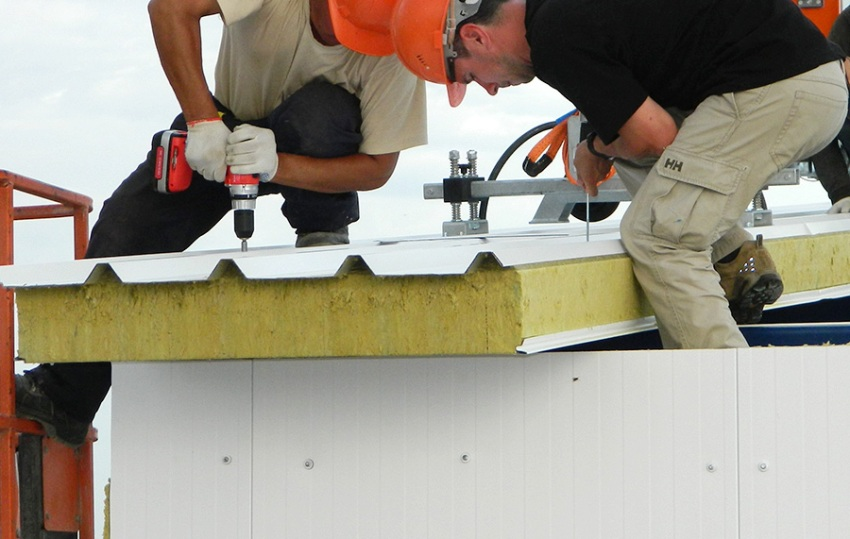Монтаж крыши здания с использованием кровельных сендвич плит