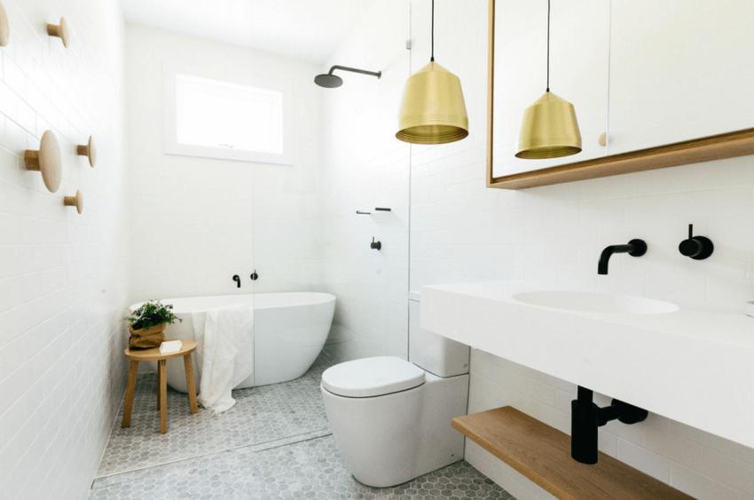 Ванна не должна занимать более 1/3 пространства — при выборе размера купели этот параметр и будет определяющим