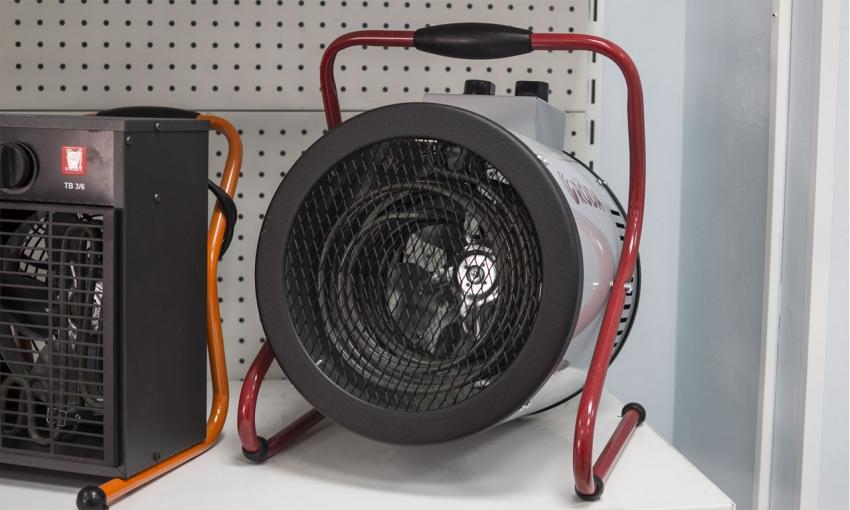 С помощью тепловой электрической пушки можно обогреть небольшое помещение, но прибор не может заменить полноценного отопления