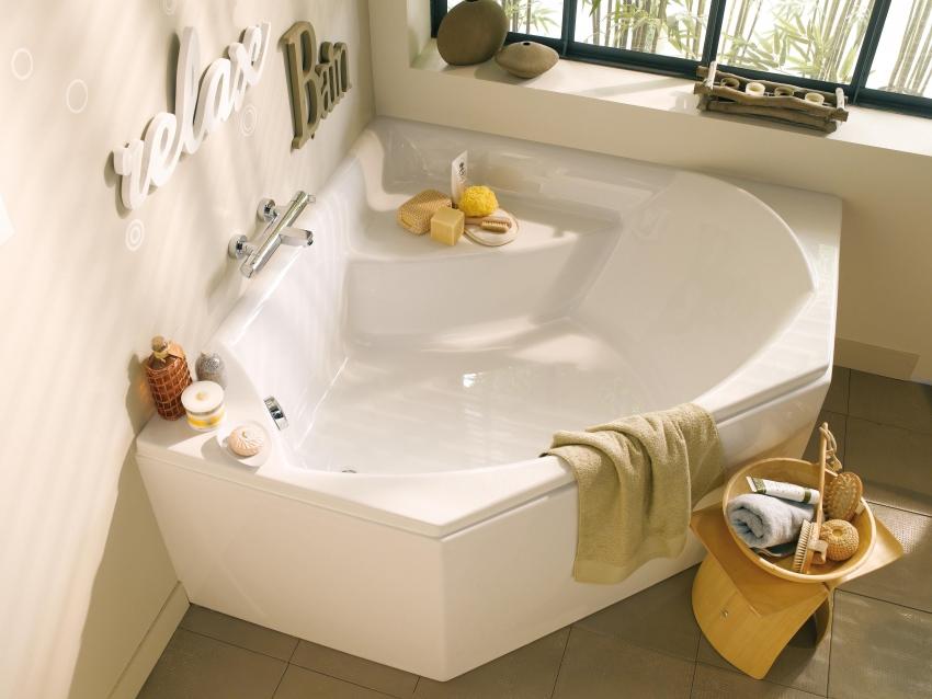 Вместительная угловая ванна позволяет рационализировать полезное пространство ванной комнаты