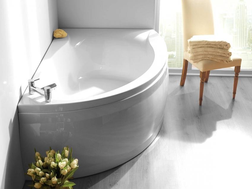 Угловые асимметричные ванны имеют более привлекательный и привычный внешний вид