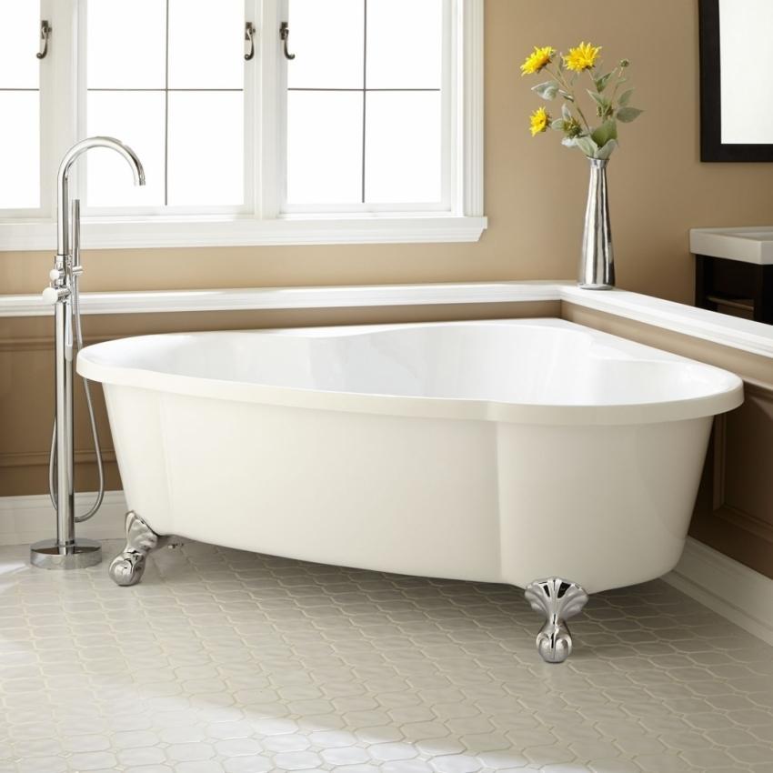Для ванной комнаты, оформленной в классическом стиле, лучше других моделей подходит угловая ванна на красивых ножках