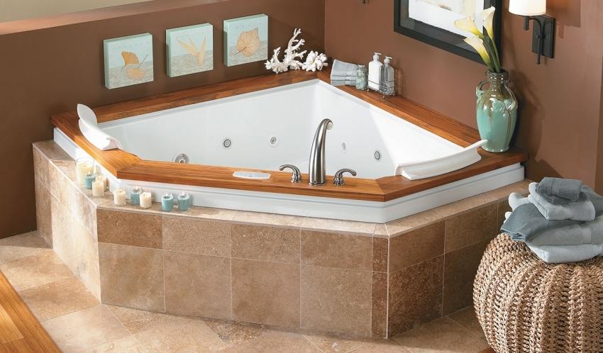 Угловую ванну можно отделать с помощью керамической плитки