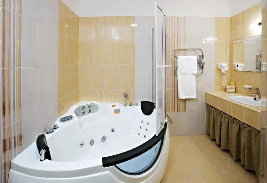 Средняя цена угловой ванны с гидромассажем и пластиковой шторкой для душа составляет в пределах 145-250 тыс. руб.