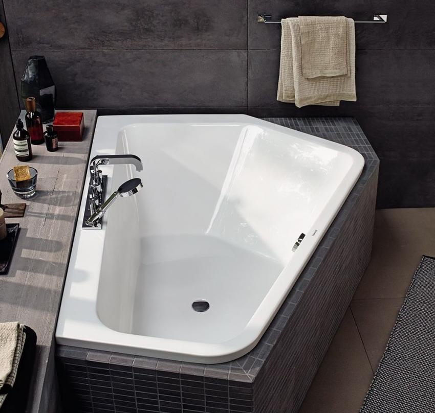 Угловые ванны могут иметь встроенные краны, что позволяет не сверлить отверстия и не проводить коммуникации в стене