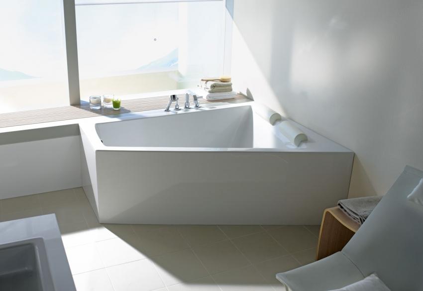 Угловая акриловая ванна может отлично сочетаться с любым облицовочным материалом в ванной комнате
