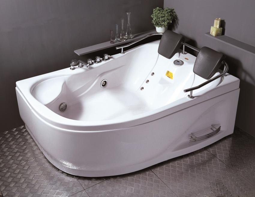 Угловая ванна с функцией гидромассажа и удобными подголовниками