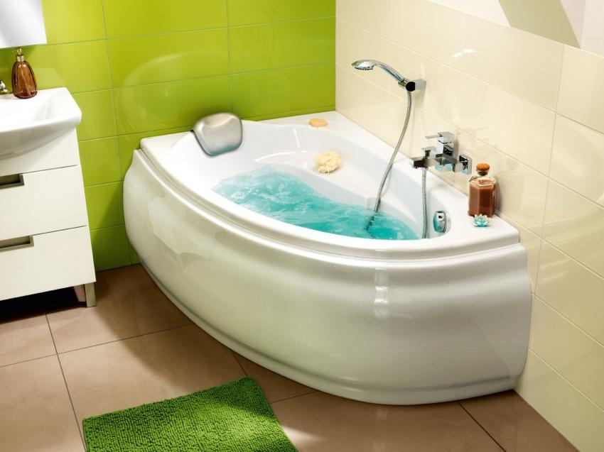 Небольшая угловая ванна с подсветкой Relisan Zoya
