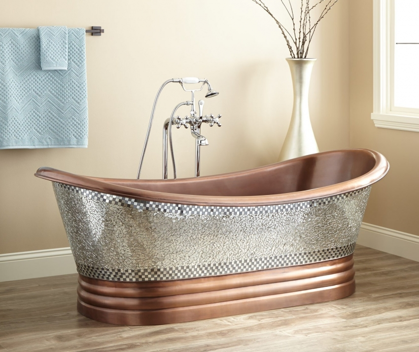 Красивая медная ванна с дизайнерским оформлением в виде мозаики