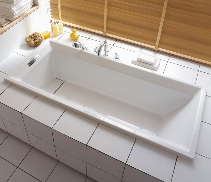Пример встраиваемой акриловой ванны с экраном из керамической плитки